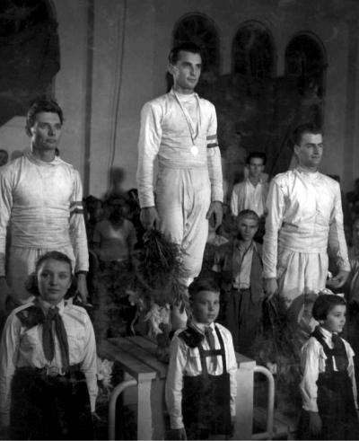 Az 1954-es budapesti főiskolás világbajnokság tőrversenyének dobogósai. Balról: Szőcs Bertalan (Magyarország), Gyuricza József (Magyarország), Uray Zoltán (Románia).