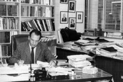 Oláh György Clevelandi dolgozószobájában 1976-ban